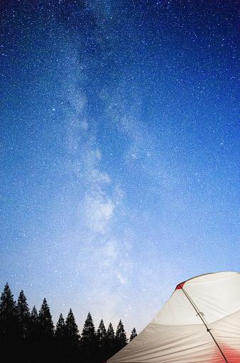 天の川「星の空の下で輝く観光テント」:スマホ壁紙(2)