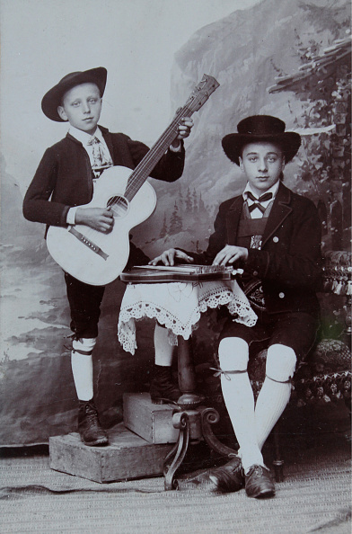シタール「Two Approximately 12-Year-Old Boys In Tyrolean Costume With Guitar」:写真・画像(14)[壁紙.com]