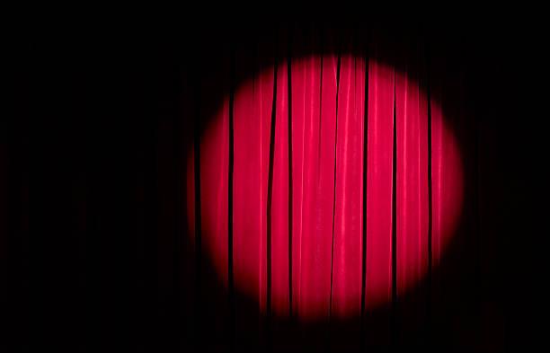 Spot light on red theatre curtains:スマホ壁紙(壁紙.com)