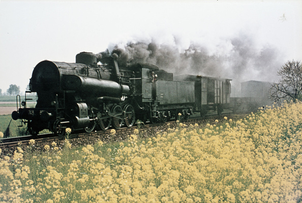 Threading「The end of the steam age in Italy with a Franco Crosti boilered 743 Classs 2-8-0 threading a pick up freight through the rape fields of the north during the springtime of 1976.」:写真・画像(1)[壁紙.com]