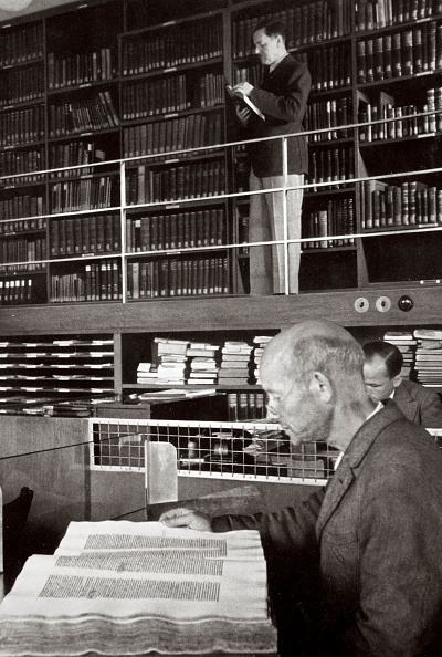 リラクゼーション「A Labourer Reads A Book In A Library Germany 1936」:写真・画像(11)[壁紙.com]