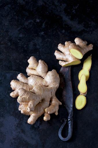 Crocus「Fresh ginger and an old knife on dark metal」:スマホ壁紙(16)
