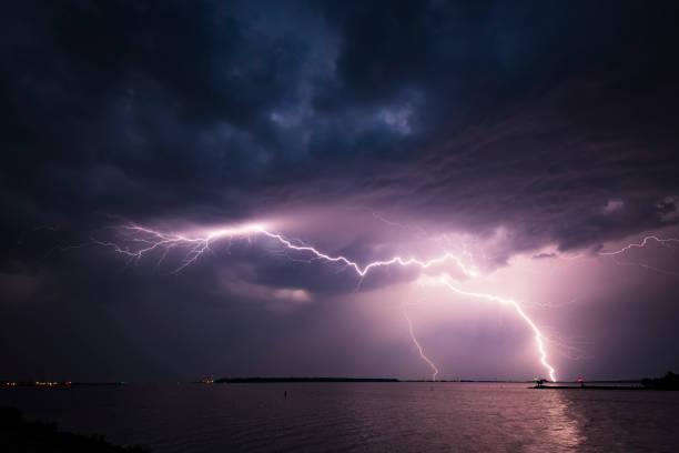 Lightning in the dark night sky over a lake during summer:スマホ壁紙(壁紙.com)