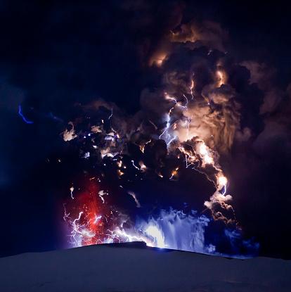Active Volcano「Lightning in ash cloud during Eyjafjallajokull eruption」:スマホ壁紙(18)
