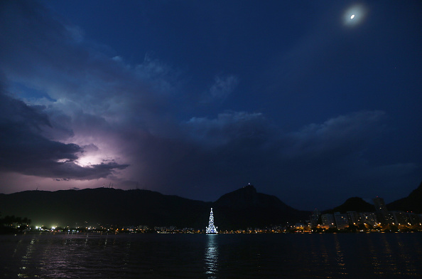 Rio「Floating Christmas Tree Brings Holiday Cheer To Rio De Janeiro」:写真・画像(16)[壁紙.com]