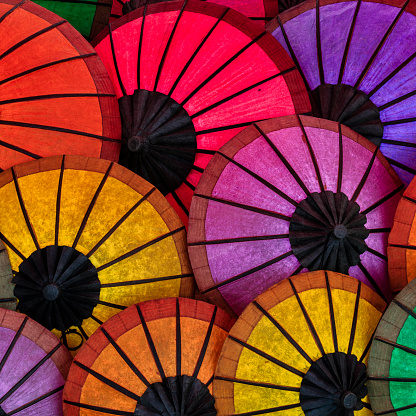 美術「ラオス、ルアンパバーンでの販売のためのカラフルな傘」:スマホ壁紙(3)