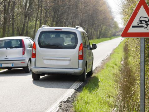 Overtaking「Car passes van on narrow and crumbling road, sign」:スマホ壁紙(6)