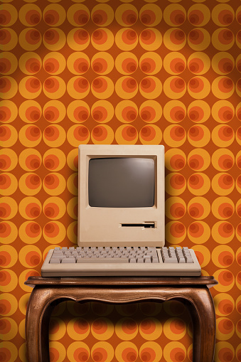 20th Century Style「Old desktop computer on wooden table and seventies wallpaper」:スマホ壁紙(15)