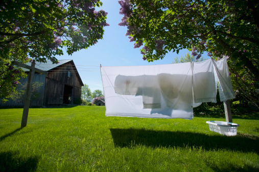 Washing「USA, Dorset, Vermont, Clean sheets hanging out to dry on spring day」:スマホ壁紙(12)