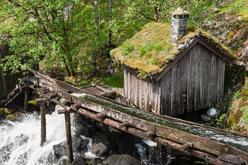 ノスタルジック「Water mill, old and close to fall apart, Norway」:スマホ壁紙(3)