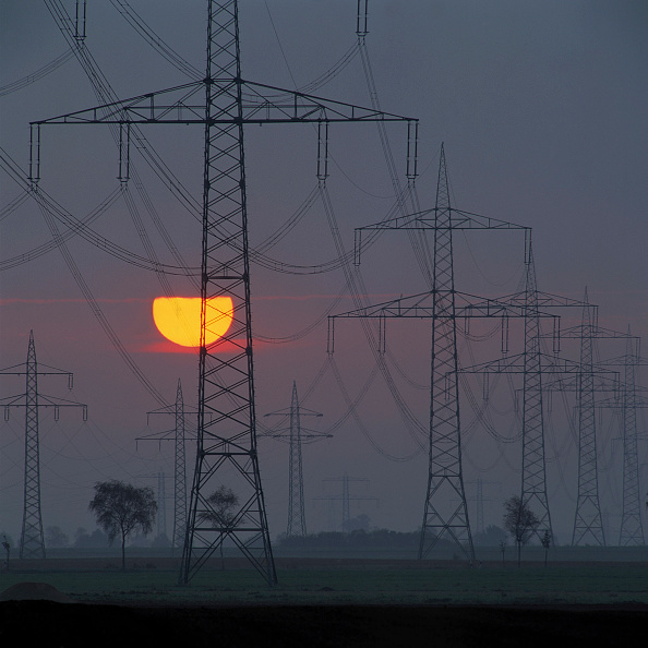 Light Trail「Pylons and power transmission lines at sunset」:写真・画像(1)[壁紙.com]