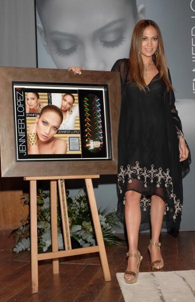 Cross Shape「Jennifer Lopez Receives A Golden Disc」:写真・画像(16)[壁紙.com]