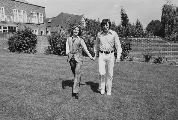 Holding Hands「Welch And Newton-John At Home」:写真・画像(2)[壁紙.com]