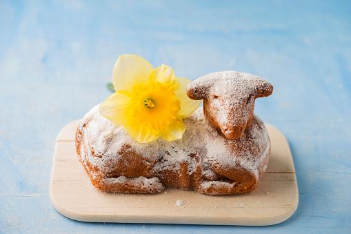 イースター「Easter lamb and daffodil on chopping board」:スマホ壁紙(10)