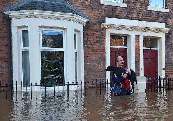 Jeff J Mitchell「Major Incident Declared As Storm Desmond Wreaks Havoc In Cumbria」:写真・画像(11)[壁紙.com]