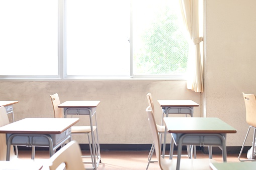 Window「Empty Desks in a Classroom」:スマホ壁紙(13)