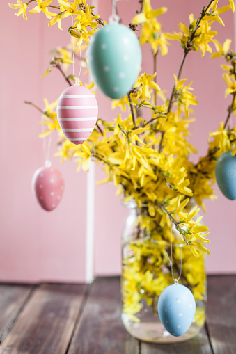 イースター「Bunch of Forsythia and colourful Easter eggs」:スマホ壁紙(18)