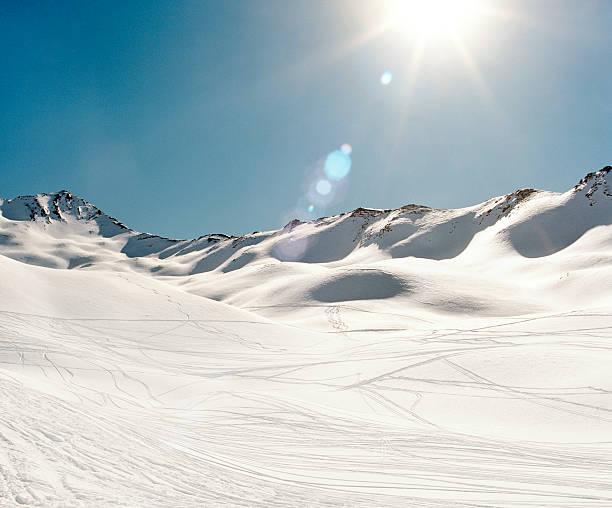 Ski tracks in snowy mountains:スマホ壁紙(壁紙.com)