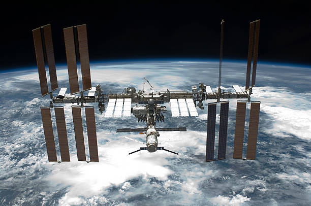 May 29, 2011 - The International Space Station backdropped by a blue and white Earth.:スマホ壁紙(壁紙.com)