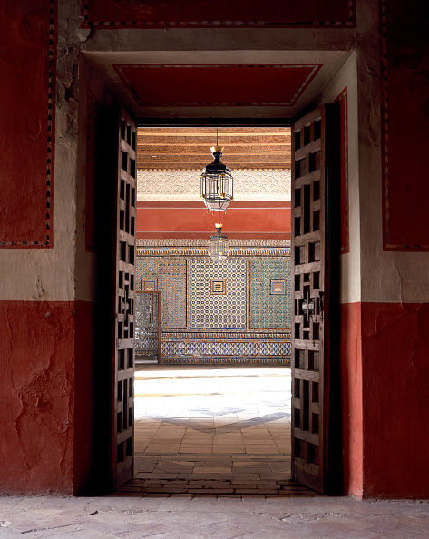 Casa De Pilatos「Doormat with pendant light and tile flooring」:写真・画像(7)[壁紙.com]
