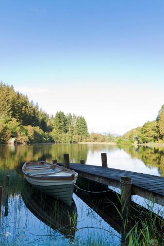 スコットランド文化「小さな木製のボート桟橋に停泊する横で、静かな湖。」:スマホ壁紙(16)