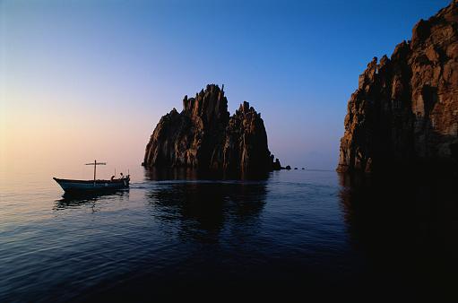 Panarea「Small Boat near Giant Sea Stacks」:スマホ壁紙(14)