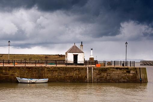 アイリッシュ海「Small Boat in Water at Dock」:スマホ壁紙(9)