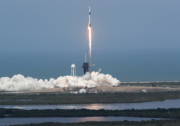 Taking Off - Activity「SpaceX Falcon-9 Rocket And Crew Dragon Capsule Launches From Cape Canaveral Sending Astronauts To The International Space Station」:写真・画像(1)[壁紙.com]