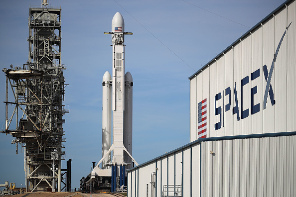 Taking Off - Activity「SpaceX To Launch First Heavy Lift Rocket In Demonstration Mission」:写真・画像(11)[壁紙.com]