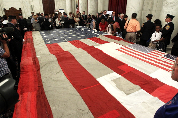 Alex Wong「Politicians, First Responders, Victims Families Stitch National 9/11 Flag」:写真・画像(1)[壁紙.com]