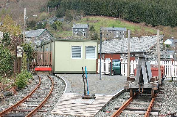 Narrow「The Corris Railway was built to move slate from quarry to port but closed when the slate industry fell into decline. The line is now being restored by preservationists who have built a terminal at Corris. April 2004.」:写真・画像(17)[壁紙.com]