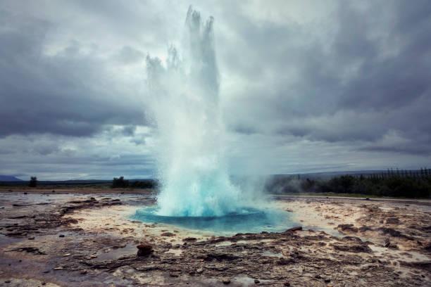 Strokkur Geyser in Iceland:スマホ壁紙(壁紙.com)