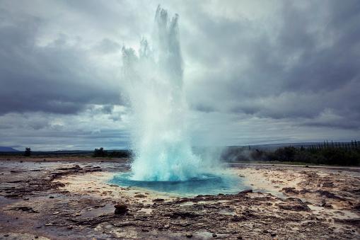 Erupting「Strokkur Geyser in Iceland」:スマホ壁紙(13)