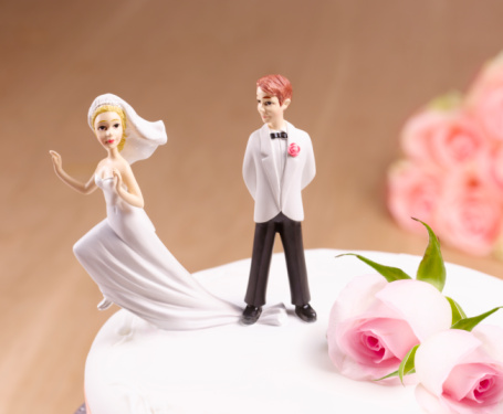 Married「Escaping Bride on wedding cake」:スマホ壁紙(15)