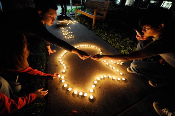 Lighting Equipment「Americans Mourn Passing Of Apple Co-Founder Steve Jobs」:写真・画像(0)[壁紙.com]