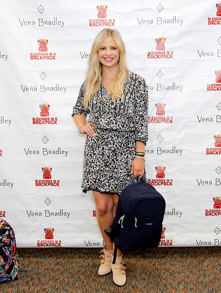 Backpack「Vera Bradley Partners With Blessings In A Backpack To Continue Back-To-School Philanthropy Tour With Sarah Michelle Gellar」:写真・画像(8)[壁紙.com]