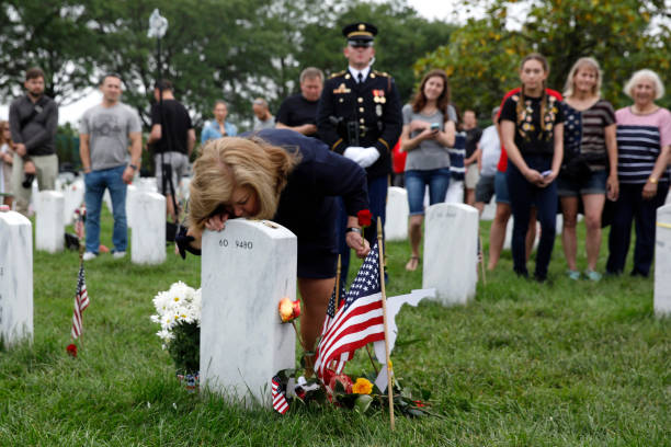 Memorial Day Visitors Pay Their Respects To The Fallen At Arlington Nat'l Cemetery:ニュース(壁紙.com)