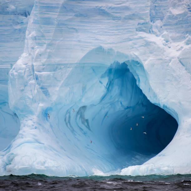 Tubular Iceberg and cave, South Orkneys:スマホ壁紙(壁紙.com)