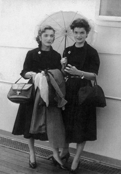 Jacqueline Kennedy「Caroline Lee Bouvier (Lee Radziwill) and her sister Jacqueline Bouvier (future Jackie Kennedy) on september 15, 1951 on boat to come back in USA after their travel in Europe」:写真・画像(15)[壁紙.com]