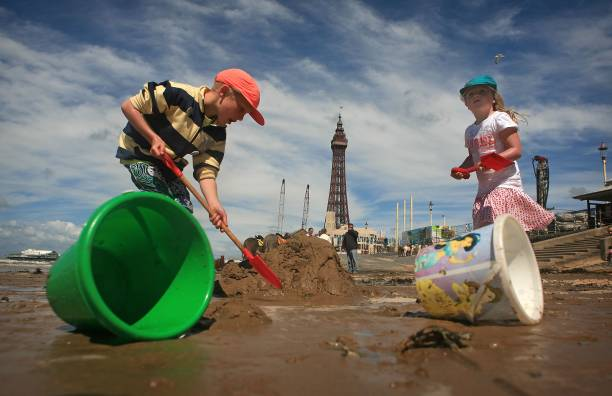 British Families Take To Seaside As Summer Weather Arrives:ニュース(壁紙.com)
