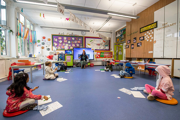 Classroom「Children Maintain Social Distancing at Earlham Primary School」:写真・画像(15)[壁紙.com]