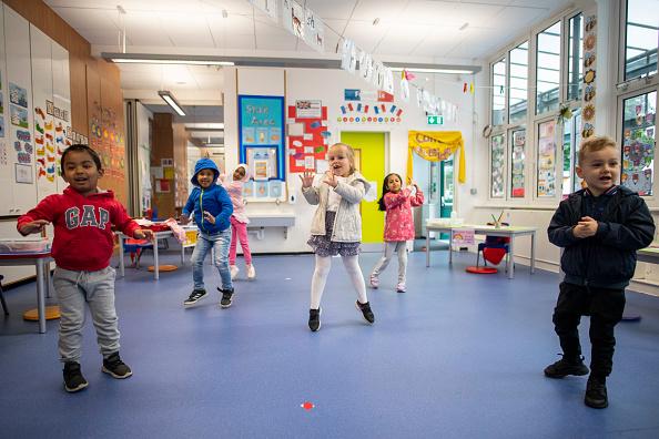 UK「Children Maintain Social Distancing at Earlham Primary School」:写真・画像(7)[壁紙.com]