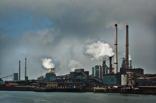 Ijmuiden「Industrial blast furnace emitting plumes of smoke.」:スマホ壁紙(6)