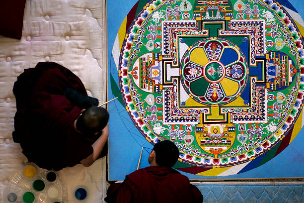 Tibetan Monks Create Sand Painting At Public Library:ニュース(壁紙.com)