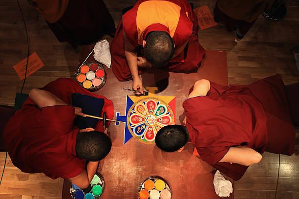 Tibetan Monks From The Panchen Lama's Monastery Create A Sand Mandala Artwork:ニュース(壁紙.com)
