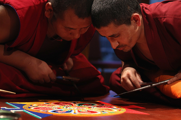 Monk - Religious Occupation「Tibetan Monks From The Panchen Lama's Monastery Create A Sand Mandala Artwork」:写真・画像(8)[壁紙.com]