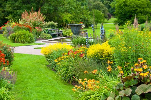 花壇や芝生で美しい公園:スマホ壁紙(壁紙.com)