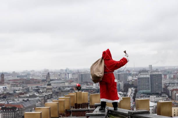 Christmas Present「Santa Claus Lands On Kollhoff Tower」:写真・画像(2)[壁紙.com]