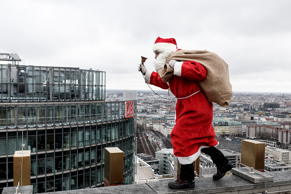 Santa Claus「Santa Claus Lands On Kollhoff Tower」:写真・画像(10)[壁紙.com]