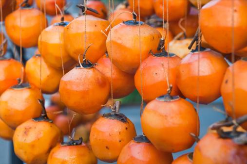 柿「Persimmons haning to dry」:スマホ壁紙(5)